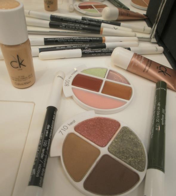 Τα προϊόντα που χρησιμοποιήσαμε. Στη μέση, το lip kit, ένα ακόμα star product της μάρκας, το οποίο περιέχει lip scrub, 2 προϊόντα φροντίδας και 2 προϊόντα με χρώμα για βαθιά περιποίηση των χειλιών.  © beautyworkshop.gr