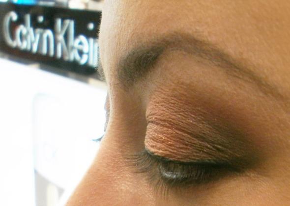 Και ένα τιπ για τις αρχάριες στο eyeliner: Το τελείωμα της γραμμής δεν είναι εύκολη δουλειά, για αυτό βάλτε είτε με σφουγγαράκι σκιών είτε με τα δάχτυλα, λίγη σκούρα σκιά ακριβώς στο τελείωμα. Το σβήσιμο της γραμμής μπερδεύεται με τη σκιά, κρύβοντας πιθανές ατέλειες, και τα μάτια δείχνουν μεγαλύτερα.  © beautyworkshop.gr