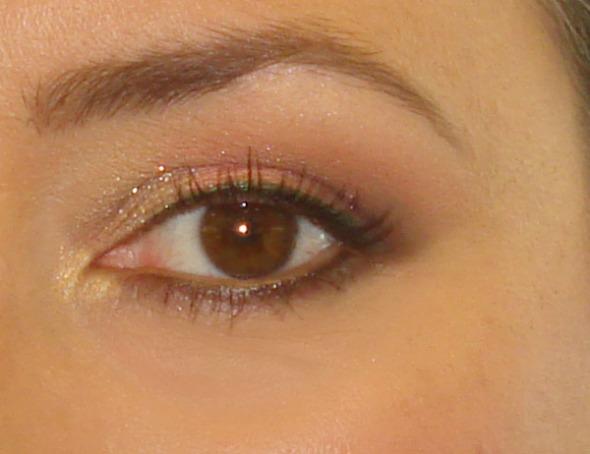 Λίγη σκιά με γκλίτερ στην εσωτερική γωνία χαρίζει φως στο βλέμμα. Όσο για τη eyeshadow base, διατήρησε αναλλοίωτο το αποτέλεσμα ως αργά το βράδυ.  © beautyworkshop.gr