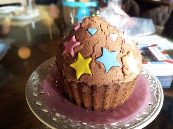 Το πιο εντυπωσιακό cupcake της παρουσίασης - ωδή στη σοκολάτα  © beautyworkshop.gr