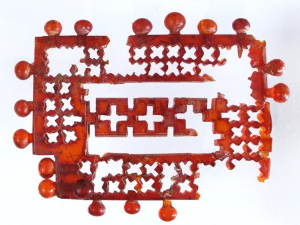 Επιστήθιο κόσμημα από ήλεκτρο (τάφος Le Pegge 3/1970)Verucchio, Δημοτικό Αρχαιολογικό Μουσείο.