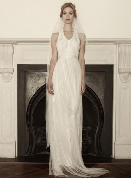 """Η πρώτη νυφική συλλογή της Σοφίας Κοκοσαλάκη ήρθε στην Αθήνα στο The Wedding Shop (Σπευσίππου 7, Κολωνάκι, τηλ. 210- 7257770). Οι τιμές είναι """"λογικές"""" (ξεκινούν από 2.500 ευρώ), αν σκεφτεί κανείς πως πρόκειται για νυφικό haute couture, το οποίο θα δείχνει εξίσου κομψό και υπέροχο μετά από 25 ή 30 χρόνια, ώστε να το φορέσει και η κόρη σας."""