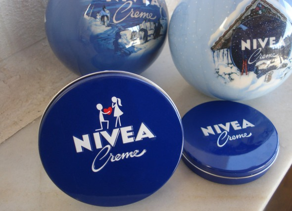 Το μεταλλικό κουτί της Nivea έχει αλλάξει 11 φορές, αλλά κυρίως σε λεπτομέριες, όπως η γραμματοσειρά και το μέγεθος των γραμμάτων. Από το 1925 διατηρεί το χαρακτηριστικό μπλε χρώμα, όσο για τη συγκεκριμένη, υπέροχη συσκευασία, δημιουργήθηκε σε περιορισμένη έκδοση πέρισυ, για την ημέρα του Αγίο Βαλεντίνου. © beautyworkshop.gr (αρχείο)