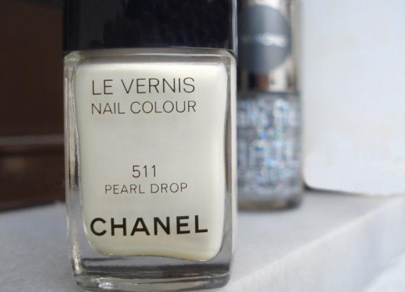 511 Pearl Drop, Chanel. Τα βερνίκια Chanel διατίθενται στα καταστήματα καλλυντικών, στα stands Chanel. © beautyworkshop.gr