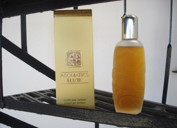 Το συγκεκριμένο μπουκάλι με τα ανάγλυφα λουλούδια είναι η επετειακή, περιορισμένη έκδοση που κυκλοφόρησε το 2011 για τα 40 χρόνια του αρώματος © beautyworkshop.gr