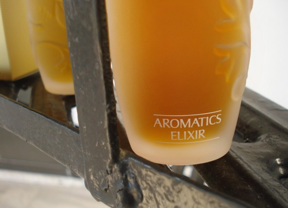 Το κανονικό μπουκάλι είναι ίδιο με το επετειακό, χωρίς να ανάγλυφα λουλούδια © beautyworkshop.gr
