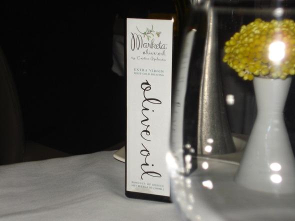 Το εξαιρετικό παρθένο ελαιόλαδο εμφιαλώνεται αποκλειστικά για το Milos από Μεσσήνιο παραγωγό  © beautyworkshop.gr