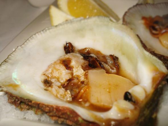 """Τα ωμά θαλασσινά, αλλά και ο τρόπος που σερβίρονται είναι το σήμα κατατεθέν της κουζίνας του εστιατορίου: απλότητα, λιγότερο μαγείρεμα και χώρος στην υψηλής ποιότητας πρώτη ύλη για να """"μιλήσει"""" μόνη της © beautyworkshop.gr"""
