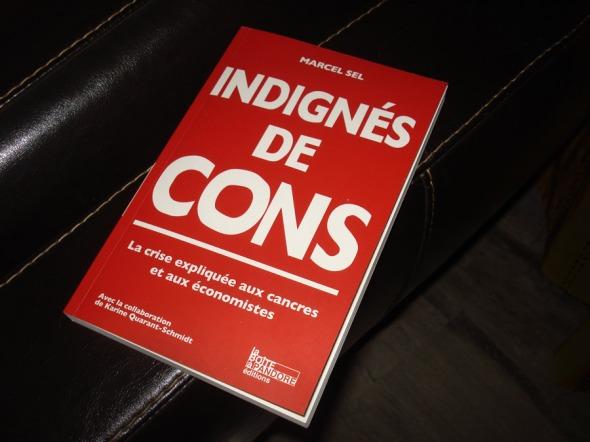 Το βιβλίο Indignés de Cons του Marcel Sel κυκλοφορεί από τις εκδόσεις La Boîte de Pandore. Ο G.το αγόρασε σε ένα ταξίδι, υποθέτω όμως πως μπορείτε να το παραγγείλετε στα μεγάλα Eλληνικά βιβλιοπωλεία ή μέσω Amazone © beautyworkshop.gr