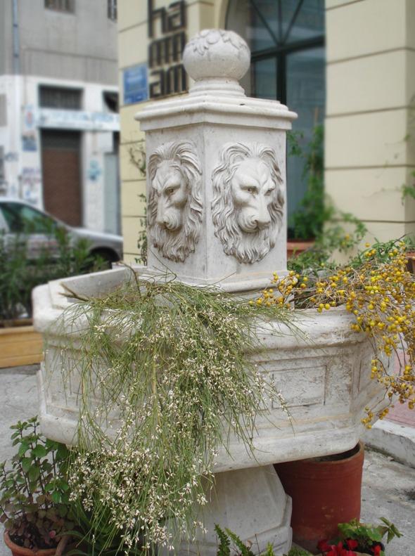 Αυτό το υπέροχο πέτρινο συντριβάνι υποδέχεται τους επισκέπτες του Hammam © beautyworkshop.gr