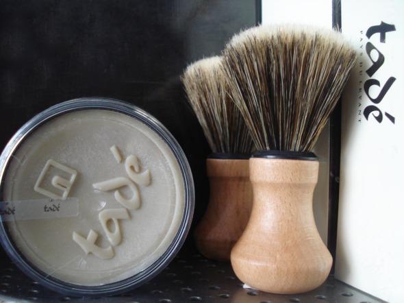 Ερωτεύτηκα τα Tadé. Εδώ, παραδοσιακό σαπούνι για ξύρισμα με το πινέλο του... © beautyworkshop.gr