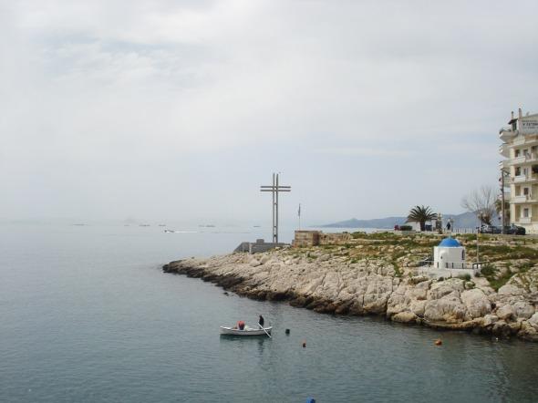 """Βόλτα στην Πειραϊκή - Σταυρός (ο τσιμεντένιος σταυρός είναι μνημείο στη μνήμη του Αφανούς Ναύτη και έχει ονοματίσει την περιοχή, η οποία λεγόταν «όρμος της Αφροδίτης», και παλαιότερα «Μπαϊκούτσι». Σε ένα παλιό βιβλίο με την ιστορία του Πειραιά, διάβασα πως ένα από τα φυσικά λιμανάκια που υπάρχουν κατά μήκος της ακτής -ίσως αυτό- είχε πάρει την ονομασία """"Λιμάνι του Αδριανού"""", αλλά δεν το έχω συναντήσει επισήμως © beautyworkshop.gr"""