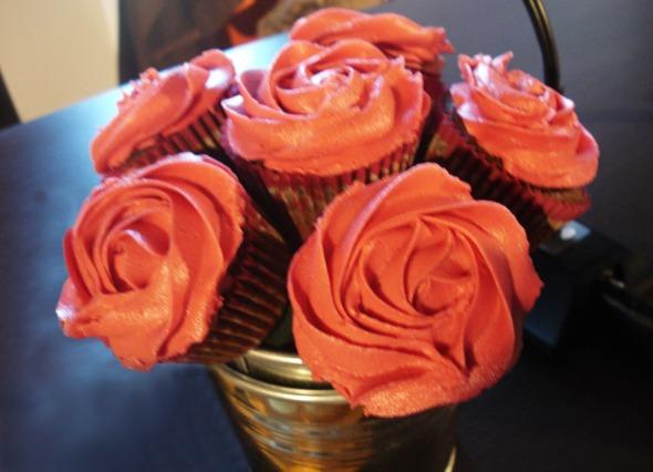 Cupcakes τριαντάφυλλα, στερεωμένα στο ειδικό φελιζόλ που διατηρούμε τα λουλούδια. Εξαιρετική ιδέα και πανεύκολη εκτέλεση, από τα χεράκια της Αθηνάς © beautyworkshop.gr