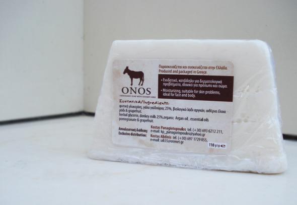 Το Onos Milk διατίθεται σε 2 συσκευασίες: μια απλή και μία πιο παιχνιδιάρικη, σε σχήμα λουλουδιού © beautyworkshop.gr
