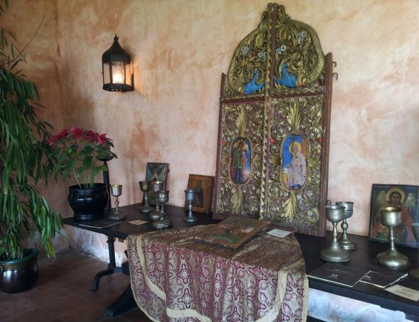 Ένα μεγάλο χειροποίητο τέμπλο κοσμεί την είσοδο, ενώ τμήματα τέμπλων βρίσκονται σε περίοπτες θέσεις στο αίθριο © beautyworkshop.gr