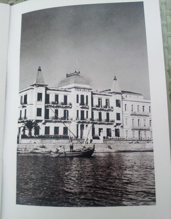 """Οι φωτογραφίες εποχής είναι στο μενού του """"The Poseidonion Bar"""" © beautyworkshop.gr"""