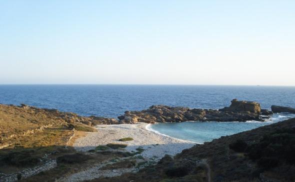 Ο δρόμος προς το Μαρμάρι είναι γεμάτος ονειρικές παραλίες για τις οποίες, όμως, δεν φαίνεται καμία πρόσβαση © beautyworkshop.gr