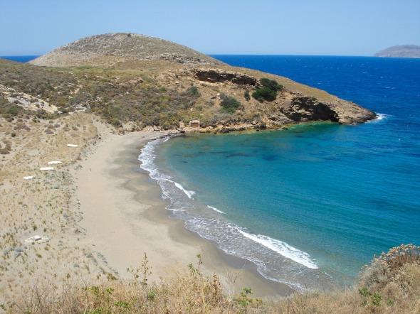 Η παραλία ακριβώς πίσω από το Μαρμάρι. Η πρόσβαση είναι πολύ δύσκολη (ακόμα πιο δύσκολη αν έχετε παιδιά μαζί σας), αλλά αξίζει τον κόπο © beautyworkshop.gr