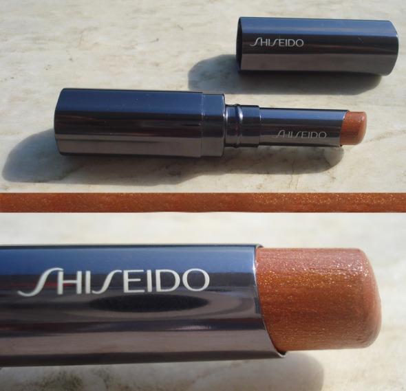 Αγαπώ την απόχρωση BR 317 από τα Shimmering Rouge της Shiseido για το καλοκαίρι. Ούτε πολύ καφέ, ούτε πολύ κόκκινη, ακριβώς χρυσο-κανελί και με τόσο shimmer όσο μπορεί να αντέξει η anti-shiny ιδιοσυγκρασία μου. Και η υφή βουτυρένια και ιδιαίτερα άνετη, όπως όλα τα κραγιόν της μάρκας -τώρα, βέβαια, είμαι και λίγο προκατειλημμένη: το 102, ένα υπέροχο μπεζ με ελαφριά κοκκινωπή απόχρωση, ήταν το σταθερό μου κραγιόν για χρόνια, από το 1992 μέχρι την αποχώρηση του Serge Lutens από τη Shiseido (τέλη των 90's) και την κατάργηση της σειράς στις αρχές του 2002. © beautyworkshop.gr