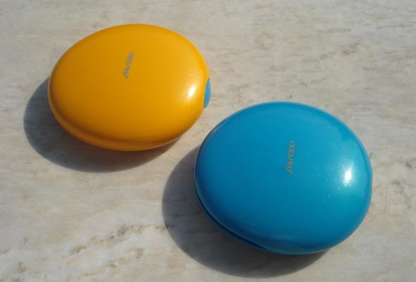 ο πορτοκαλί λέγεται Tanning Compact Foundation, το μπλε Sun Protection Compact Foundation SPF 20 και αμφότερα αποτελούν το βαρύ πυροβολικό της Shiseido για τους καλοκαιρινούς μήνες. Το μπλε το φοράω χρόνια αλλά όχι ως μέικ απ -με στεγνό σφουγγαράκι, είναι μια από τις καλύτερες πούδρες σταθεροποίησης που έχω χρησιμοποιήσει. Το πορτοκαλί το δοκίμασα μόλις φέτος και έχω ενθουσιαστεί. © beautyworkshop.gr
