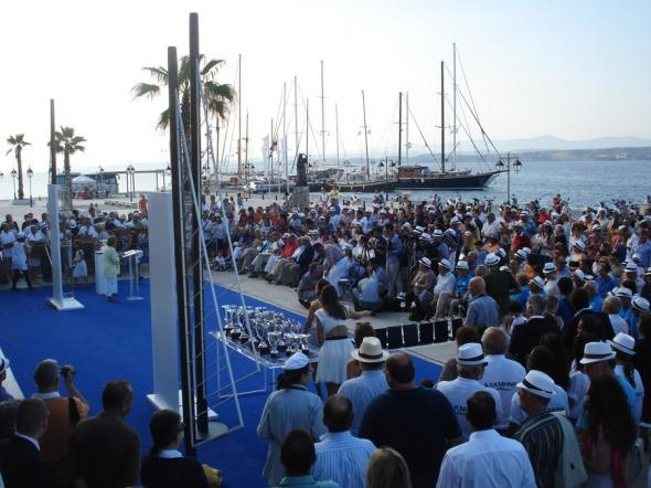 Από την απονομή της ρεγκάτας, που έλαβε χώρα μπροστά στο Ποσειδώνιο © beautyworkshop.gr