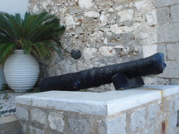 Τα κανόνια βρίσκονται μπροστά στο Δημαρχείο Σπετσών. Για να μην ξεχνιώμαστε... © beautyworkshop.gr