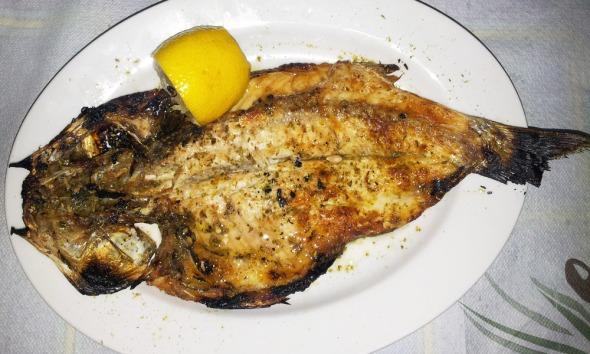 Αυτό το ψάρι λέγεται κέφαλος και ο τρόπος ψησίματος πετάλι. Ιδανικά φτιαγμένο, επίσης στην ταβέρνα «Μαρίνα» © beautyworkshop.gr