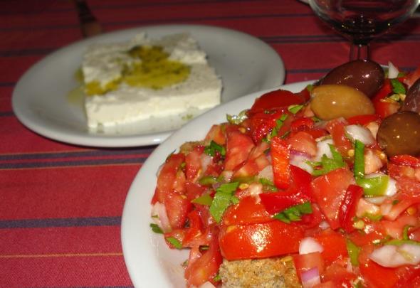 Πόσο νόστιμη μπορεί να είναι μια σαλάτα; Πάρα πολύ, ειδικά αν συνοδεύεται από τοπική φέτα © beautyworkshop.gr