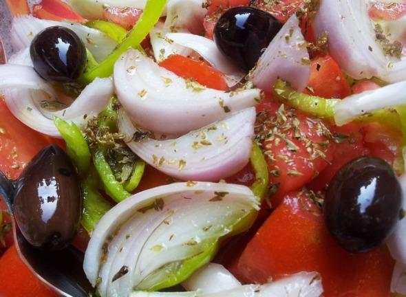 Χωριάτικη σαλάτα, με εξαιρετικό λάδι και ρίγανη από την περιοχή. Χωρίς περαιτέρω σχόλια... © beautyworkshop.gr