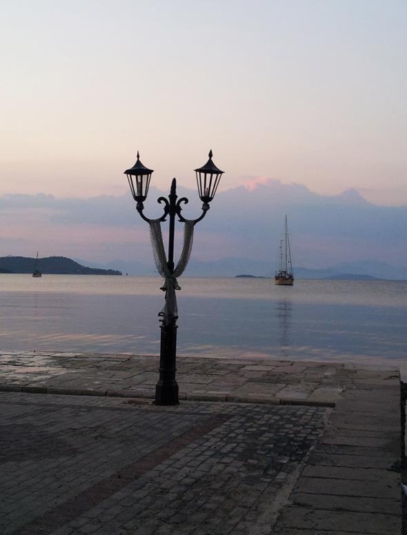 Το ακριανό φανάρι στο λιμάνι © beautyworkshop.gr