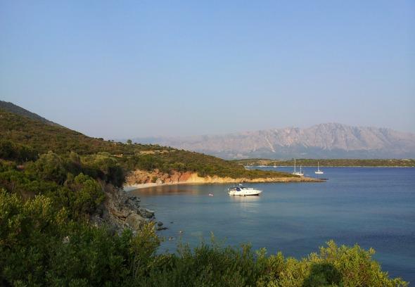 Λίγο πριν τη Βαθιαβάλη, στις ακτές της Αιτωλοακαρνανίας που «βρέχονται» από το Ιόνιο. © beautyworkshop.gr