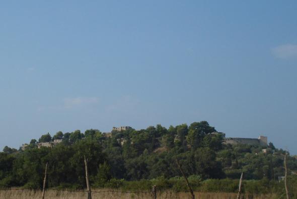 Το Κάστρο της Βόνιτσας, όπως φαίνεται από το δρόμο της Παναγιάς. © beautyworkshop.gr