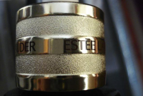 Το νέο μπουκάλι μοιάζει πολύ με το προηγούμενο. Από τις ελάχιστες σχεδιαστικές διαφορές, τα ανάγλυφα χρυσά δαχτυλίδια στο καπάκι. © beautyworkshop.gr