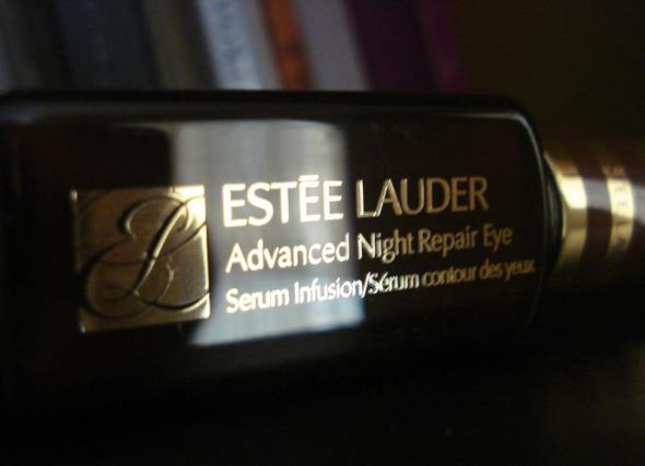 Ένα Advanced Night Repair ματιών περιμένει μια τυχερή (ή έναν τυχερό, γιατί όχι;) από εσάς. © beautyworkshop.gr
