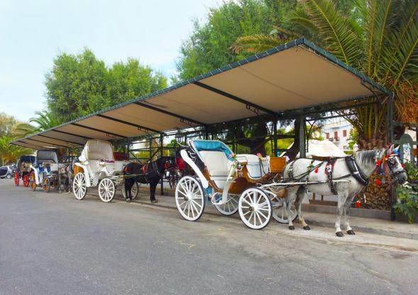 Όχι μόνο οι Σπέτσες! Και στην Αίγινα υπάρχουν παραδοσιακές άμαξες... © beautyworkshop.gr