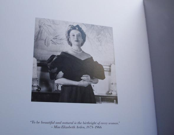 Η εκπληκτική κυρία Arden. Σε εκείνη αποδίδονται διάφορα quotes για την ομορφιά, όμως το σημαντικότερο από όσα φέρεται να έχει πει, είναι αυτό εδώ: «Είναι δικαίωμα κάθε γυναίκας το να είναι όμορφη και φυσική». Η φωτογραφία είναι τραβηγμένη από το επετειακό-συλλεκτικό λεύκωμα για τα 100 χρόνια της μάρκας © beautyworkshop.gr