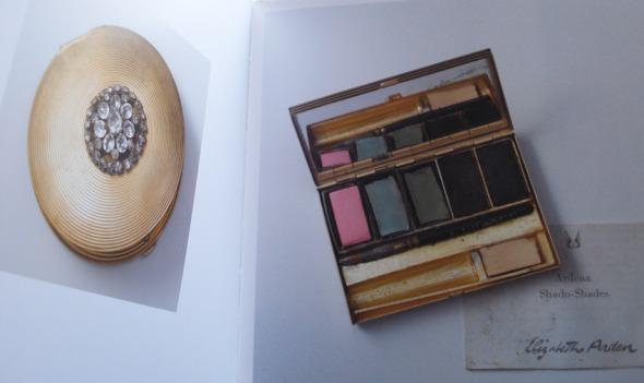 Eye make-up case από τις αρχές του αιώνα. Η φωτογραφία είναι τραβηγμένη από το επετειακό-συλλεκτικό λεύκωμα για τα 100 χρόνια της μάρκας © beautyworkshop.gr