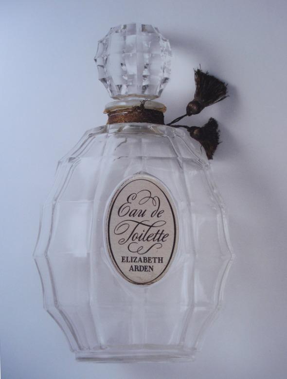 Vintage μπουκάλι από ένα από τα πρώτα αρώματα της μάρκας. Η φωτογραφία είναι τραβηγμένη από το επετειακό-συλλεκτικό λεύκωμα για τα 100 χρόνια της μάρκας © beautyworkshop.gr