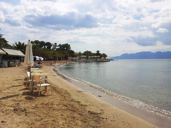 Εξωτική παραλία στο λιμάνι της Αίγινας http://wp.me/p2BQA2-1qj