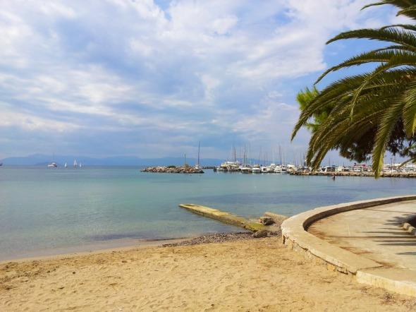 ...βρίσκεται λίγα μέτρα από το κεντρικό λιμάνι της Αίγινας (εδώ από άλλη γωνία λήψης)... © beautyworkshop.gr