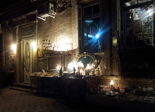 Αυτό το παλαιοπωλείο στο λιμάνι, ανοιχτό ως μετά τα μεσάνυχτα, δημιουργούσε μια λίγο απόκοσμη, αλλά οπωσδήποτε πολύ ενδιαφέρουσα εικόνα...  © beautyworkshop.gr