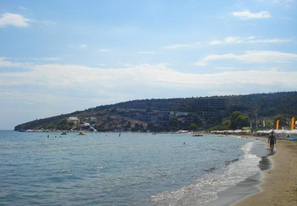 Από το ταβερνάκι, στην άλλη άκρη του φιλόξενου κόλπου της Αγίας Μαρίνας, βρίσκεται το ομώνυμο εκκλησάκι, μέχρι το οποίο περπατήσαμε παρά θιν΄αλς © beautyworkshop.gr