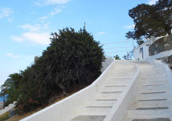 Τα σκαλάκια προς την Αγία Μαρίνα θυμίζουν κυκλαδονήσι... © beautyworkshop.gr