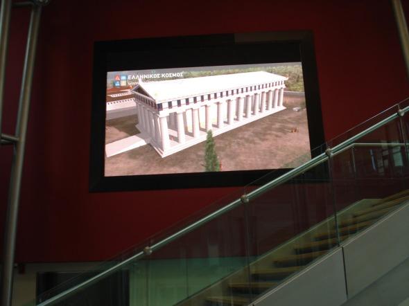 Μια πολύ μεγάλη οθόνη δείχνει τρέιλερ από τα προσεχώς του Κέντρου  © beautyworkshop.gr