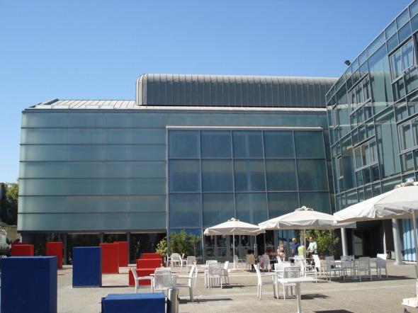 Στον ανοιχτό χώρο ανάμεσα στο βασικό κτήριο και το Θέατρον μπορεί να απολαύσει κανείς τον καφέ του, απολαμβάνοντας τη λιακάδα © beautyworkshop.gr