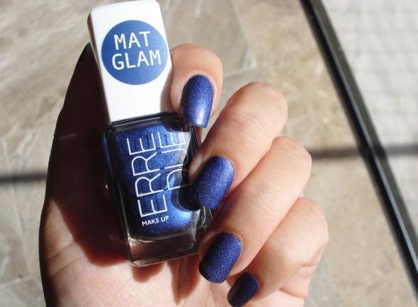 Το mat glam της Erre Due είναι από τις πιο εντυπωσιακές φετινές προτάσεις. Συνδυάζει το αγαπημένο μου ματ με το ελαφρώς ιριδίζον, κάνοντας το αποτέλεσμα ελκυστικό τόσο στις γυναίκες που συμπαθούν τα ματ, όσο και σε εκείνες που ορκίζονται στο γκλίτερ. Αν και μπλε, που δεν είναι το χρώμα μου γενικότερα, το συγκεκριμένο το φοράω ευχαρίστως. © beautyworkshop.gr