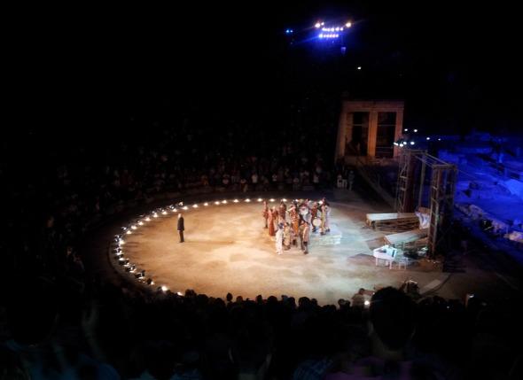 Ο Διονύσης Σαββόπουλος υποκλίνεται στο κατάμεστο θέατρο της Επιδαύρου: από τις ελάχιστες φορές που το έχω δει υπερπλήρες, στο μάξιμουμ της χωρητικότητάς του. Επιπλέον, η έκθεση Αργοτουρισμού στην Αρχαία Επίδαυρο και ένας διδακτικός Schopenhauer για κάθε χρήση. http://wp.me/p2BQA2-1bi