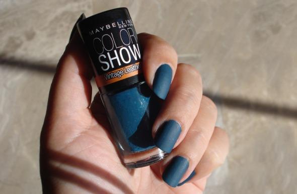 Τα νέα βερνίκια της Maybelline ΝΥ είναι μια πολύ επιτυχημένη ερμηνεία της τάσης leather, την οποία έφερε πριν από 2 χρόνια η βρετανική Nails Inc. Προσωπικώς, μου αρέσουν πάρα πολύ και για τον επιπλέον λόγο πως είναι ματ. © beautyworkshop.gr