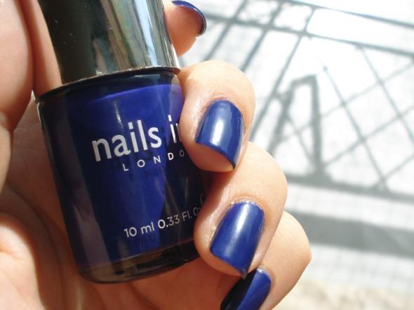 Αυτό το ολοκαίνουργιο βερνίκι της Nails Inc είναι ένα preview από τις προτάσεις της μάρκας που θα δούμε σε λίγες μέρες, αποκλειστικά στα Sephora (αλλά και σε ένα από τα επόμενα posts). Το είπα και πριν: το μπλε δεν είναι το χρώμα μου, αλλά φαίνεται πως φέτος οι εταιρείες έχουν βαλθεί να με κάνουν να αλλάξω γνώμη... © beautyworkshop.gr