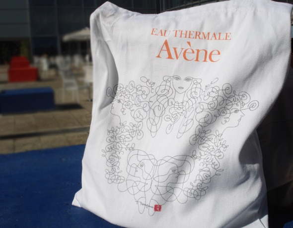 Το press kit ήταν μέσα σε αυτή τη θαυμάσια πάνινη τσάντα, την οποία η κόρη μου έσπευσε να μετατρέψει στην προσωπική της, επίσημη shopping bag, όταν πηγαίνουμε στο σούπερ μάρκετ. © beautyworkshop.gr
